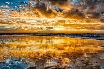 Kleurrijke zonsondergang boven de Noordzee van eric van der eijk