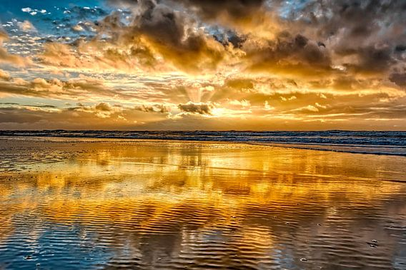 Kleurrijke zonsondergang boven de Noordzee