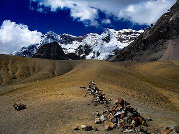 steen mannetjes op de route naar de Rainbow Mountains. van Eline Oostingh