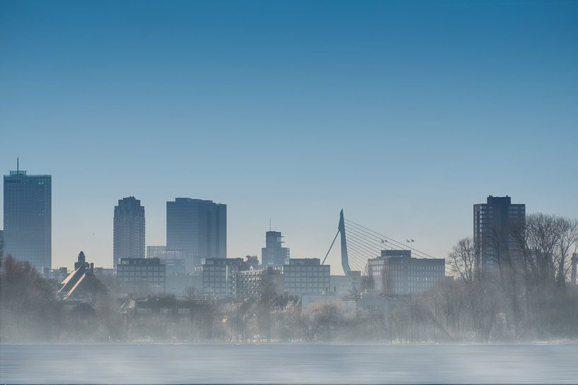 Mistig Rotterdam Skyline Kralingen van Arjen Roos