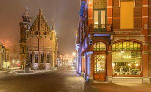 Jugendstil pand met het Oude Stadhuis van Kampen in de Oudestraat