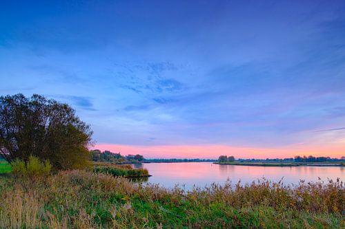 Zonsondergang over de rivier de IJssel tijdens een mooie herfstavond in Overijssel van Sjoerd van der Wal