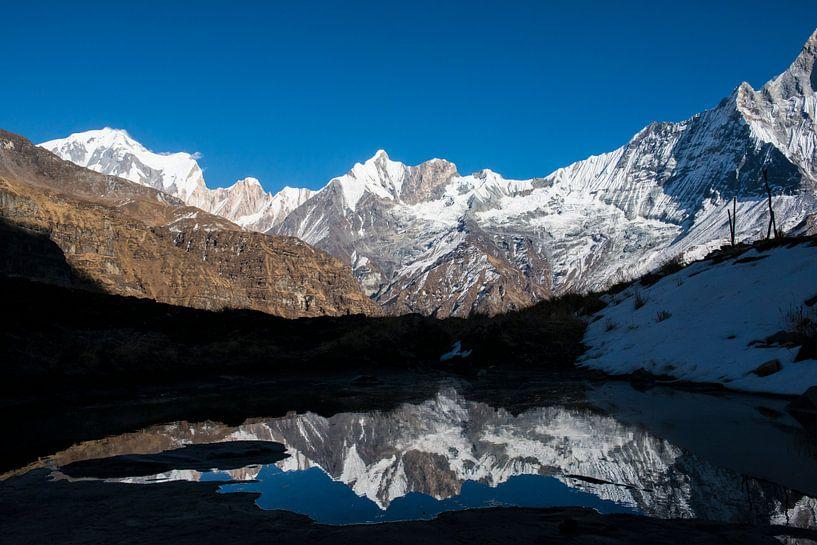 Reflectie van bergen van Ellis Peeters