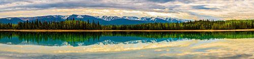 Zeer breed panorama van Boya Lake, Canada