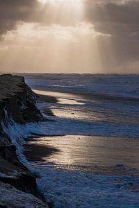 Zonneharpen boven stormachtige zee