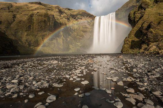 Skogafoss met regenboog en reflectie