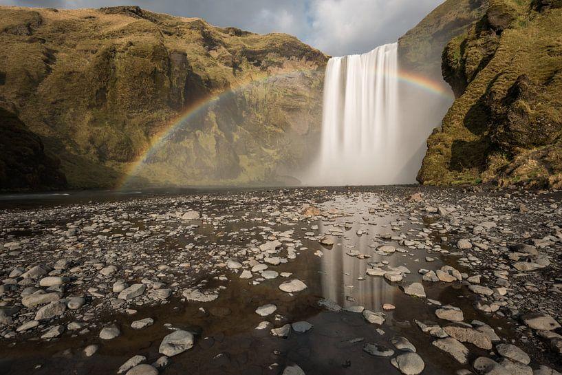 Skogafoss met regenboog en reflectie van Gerry van Roosmalen