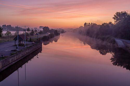 Even voor zonsopkomst aan de brug over de Leie in Lauwe & Wevelgem, Belgie