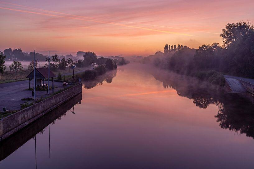 Even voor zonsopkomst aan de brug over de Leie in Lauwe & Wevelgem, Belgie van Fotografie Krist / Top Foto Vlaanderen