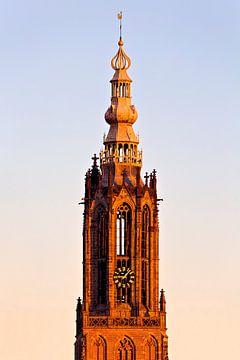 Top Notre cher Vrouwetoren à Amersfoort au coucher du soleil sur Anton de Zeeuw
