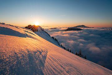 Zonsondergangstemming boven de Grünten bij inversieweer. Weer, zoals de mensen in Allgäu zo mooi zeg van Leo Schindzielorz
