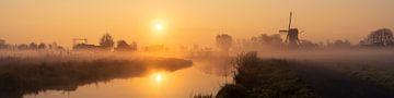 """Panorama """"Sonnenaufgang in einem nebligen Polder mit Mühle"""". von Coen Weesjes"""