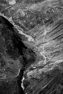 Landschap contrasten in de Bergen,  zwart wit foto print van Anneloes van Acht