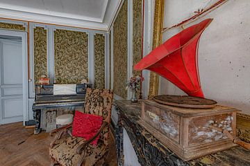 Grammofoonspeler in verlaten kamer van Lien Hilke