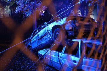 Zwei übereinander gestapelte Altfahrzeuge von Edsard Keuning