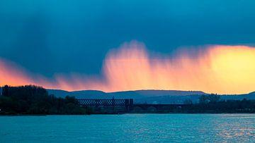 Dramatisch weer boven rivier de Rijn van JWB Fotografie