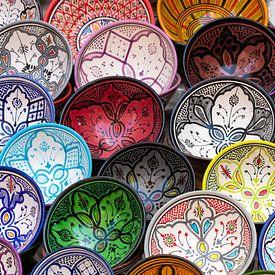 Kleurrijk aardewerk - Essaouira - Marokko van Marianne Ottemann - OTTI