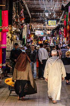 Personnes dans le souk de la médina de Marrakech au Maroc sur Dieter Walther