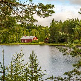 Zweeds huisje aan het meer van Margreet Frowijn