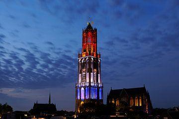 Stadsgezicht van Utrecht met rood-wit-blauwe Domtoren tijdens de start van de Tour de France  van