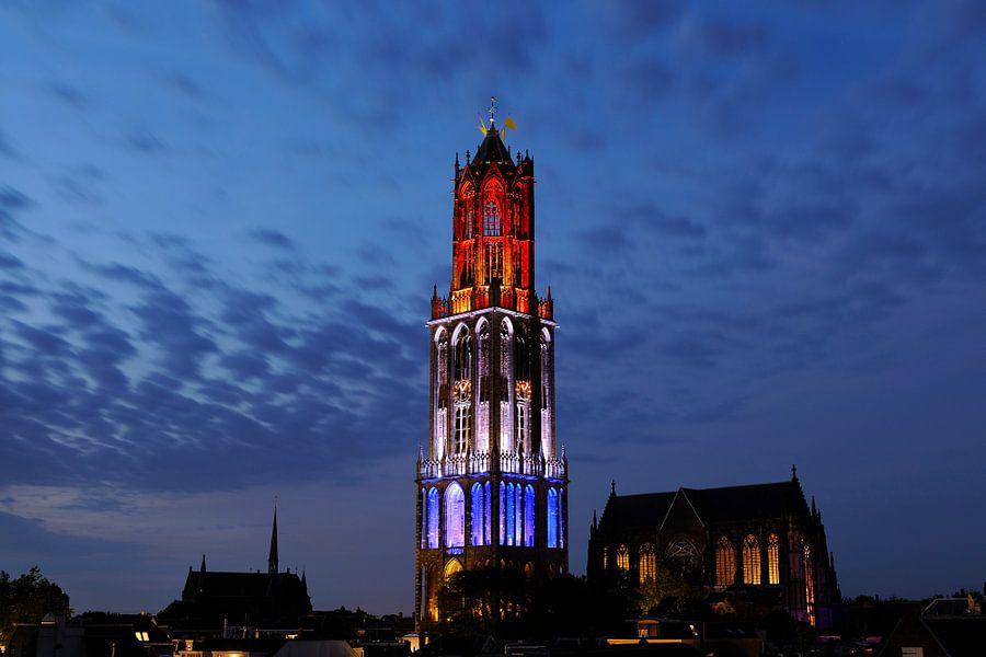 Stadsgezicht van Utrecht met rood-wit-blauwe Domtoren tijdens de start van de Tour de France
