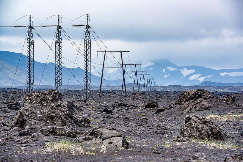 Onherbergzaam binnenland IJsland - Hoogspanningskabels van Henk Verheyen