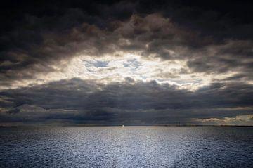 Licht in duisternis op het IJmeer van Ricardo Bouman