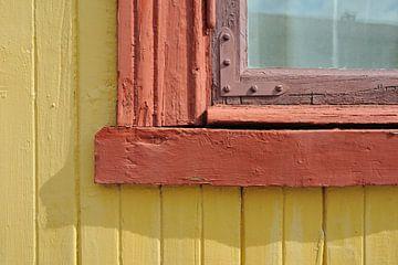 Raamkozijn van houten huis in geel en rood van Marc Smits