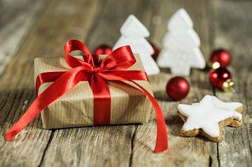 Kerstgeschenkdoos met versieringen op hout van Alex Winter