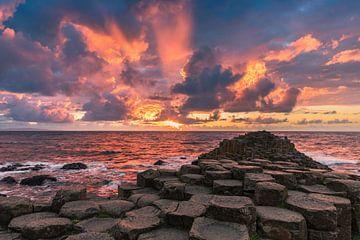 Zonsondergang bij de Giant's Causeway, Noord Ierland van Henk Meijer Photography
