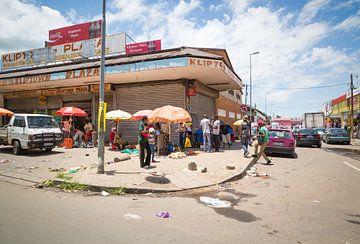 Soweto Street Scene van Thomas Froemmel