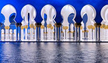 Blauwe en witte bogen in de Sheikh Zayed Moskee - Abu Dhabi van Rene Siebring