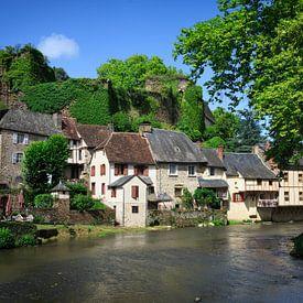 Ségur-le-Château dorp in Frankrijk aan het water van iPics Photography