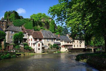 Ségur-le-Château dorp in Frankrijk aan het water