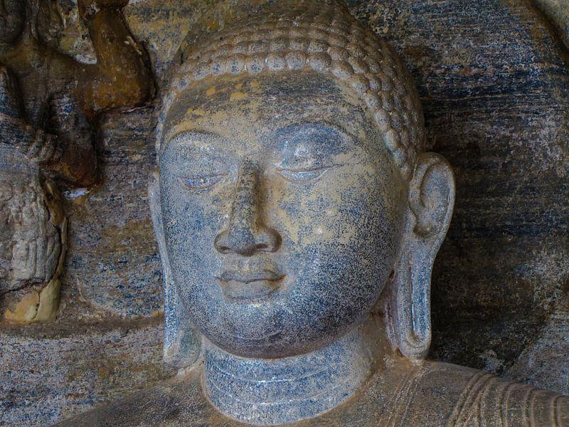 Serene uitdrukking op het gezicht van Boeddha met lange oren, Sri Lanka van Rietje Bulthuis