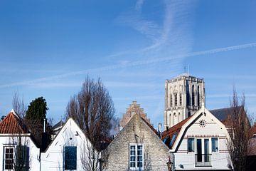 Catharijnekerk en huizen in historisch Brielle van Peter de Kievith Fotografie
