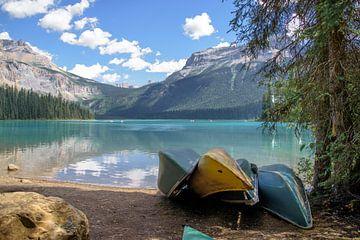 Kano's aan de oever van Emerald Lake, Canada van Arjen Tjallema