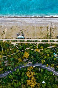 route sinueuse au milieu de la forêt d'automne verte et jaune. Vue aérienne de haut en bas de la mer sur Michael Semenov