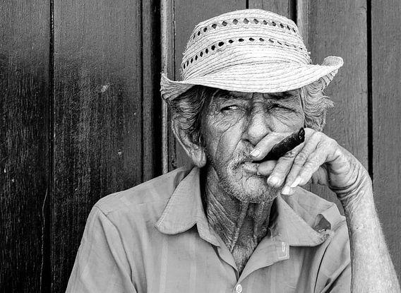 Oude Cubaanse sigaarliefhebber