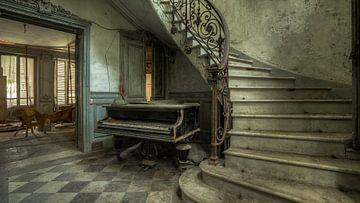 Oude piano in verlaten huis van Atelier Liesjes