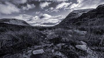 Das schottische Hochland, Schnee auf den Gipfeln, unter einer schönen Wolkendecke von Studio de Waay