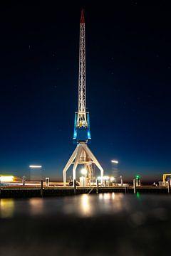 Scheepshijskraan aan de kade in een haven tijdens de zonsondergang in de avond van Fotografiecor .nl