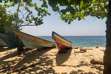 Boten op het strand Ambon, Molukken. van Maarten Brakkee