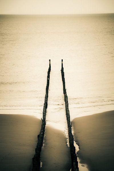 Bovenaanzicht golfbreker op het strand van Domburg van Fotografie Jeronimo