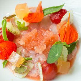 Dungesneden langoustines met gegeleerde tomatenbouillon van Casper van Dort