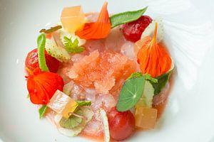 Dungesneden langoustines met gegeleerde tomatenbouillon