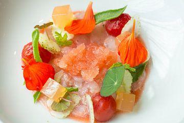Dungesneden langoustines met gegeleerde tomatenbouillon van