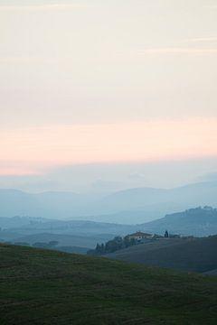 Huis in Toscaans heuvellandschap. van Jelmer Reyntjes
