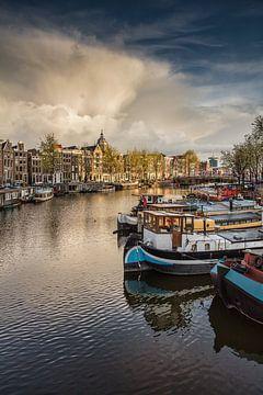 Hausboote im Binnenkant Kanal in Amsterdam von Frans Lemmens