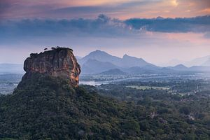 Lion's Rock in landschap waar de zon onder gaat van Eddie Meijer